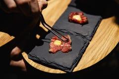 Экзотическая еда degustated на роскошном корпоративном событии обедающего стоковые фото