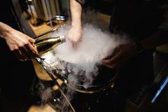 Экзотическая еда degustated на роскошном корпоративном событии обедающего - холодном sorbet стоковая фотография