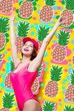 Элегантная женщина брюнет в розовых купальнике и крышке моды Сексуальная дама в розовом beachwear, солнечных очках наслаждаясь со стоковое фото