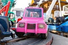 Электрический розовый автомобиль для детей на следе в ярмарке стоковые изображения rf