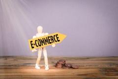 Электронная коммерция Деревянный человек с желтым стрелка стоковое фото