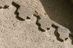 Элементы украшения на старой заштукатуренной стене стоковое фото