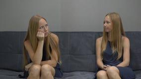 Эмоциональная концепция разума На одной стороне стресса и гнева чувства молодой женщины с другой стороны изображения сток-видео