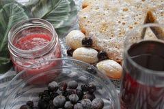 Ягоды замороженной смородины в стеклянной таре Темные ягоды во льду Пирожне с ягодами стоковая фотография rf