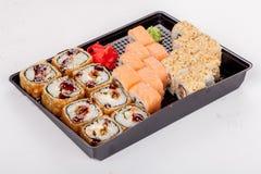 Японская национальная популярная кухня Суши, рис и рыбы Вкусный, красиво послужил еда в ресторане, кафе стоковое фото rf