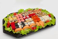 Японская традиционная кухня, готовые крены и суши в пакете, на белой предпосылке стоковые фото