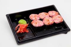 Японская традиционная кухня, готовые крены и суши в пакете, на белой предпосылке стоковые изображения rf