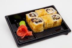 Японская традиционная кухня, готовые крены и суши в пакете, на белой предпосылке стоковая фотография