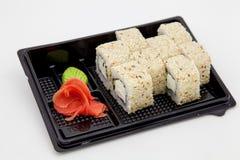 Японская традиционная кухня, готовые крены и суши в пакете, на белой предпосылке стоковая фотография rf