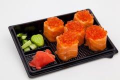 Японская традиционная кухня, готовые крены и суши в пакете, на белой предпосылке стоковые изображения