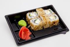Японская традиционная кухня, готовые крены и суши в пакете, на белой предпосылке стоковое фото rf