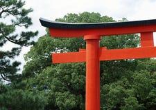 Японские въездные ворота святыни с красной и черной предпосылкой краски стоковое фото