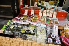 Японские сохраненные соленья и продтовары на рынке Kuromon Ichiba, Осака стоковые изображения