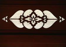 Японское белое флористическое искусство выгравированное на красной темной деревянной предпосылке стоковое изображение
