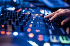 Ядровые руки оператора на панели регулятора звука стоковые фотографии rf