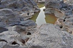 Ясность и свежая вода в небольшом пруде каньона утеса стоковое изображение rf