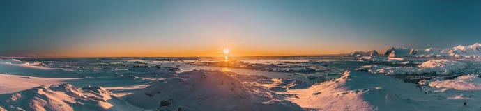 Яркий красочный взгляд панорамы захода солнца в Антарктике стоковое фото
