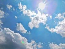 Яркое солнце с облаками кумулюса на солнечный день стоковое фото rf