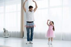 Я тебя люблю, папа! Красивый молодой человек танцует дома с его маленькой девочкой Счастливый день ` s отца! стоковое изображение