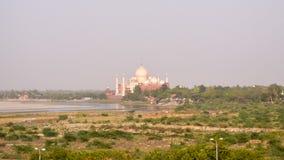 Южный берег реки Yamuna и далекого Тадж-Махала в выравнивать свет Крона дворцов, стоковые изображения rf