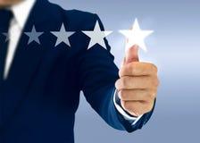 Увеличьте ранжировку и оценка с бизнесменом касается виртуальному экрану стоковое изображение