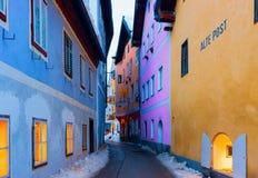 Узкая улочка домов в Hallstatt около Зальцбурга в Австрии стоковые изображения rf