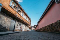 Узкая улочка старого европейского городка, старого винтажного города для туризма, концепции назначений перемещения стоковые фотографии rf