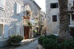 Узкие улочки Trogir, Хорватии с белыми каменными домами в старом городке стоковая фотография
