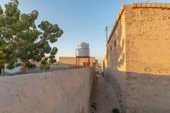 Узкий пешеходный переулок, Al Hamra Jazirah Al, Рас-Аль-Хайма стоковое фото