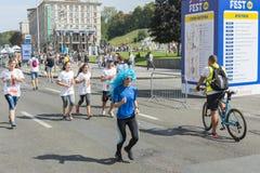 Украина, Киев, Украина 09 09 2018 спортсмены и дилетантов бегут Люди приниманнсяый за ход Продвижение здоровой стоковые фото