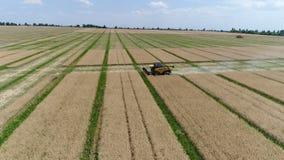 Украина, Dnipro - 4-ое июля 2018: Жатка новая Голландия CX 8 80 собирают сурепку дел акции видеоматериалы