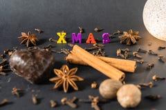 Украшение рождества с ручками циннамона пряником и специями стоковая фотография