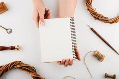 Украшения и тетрадь праздника с списком целей на белой деревенской таблице, плоским стилем положения запланирование изображения п стоковая фотография rf