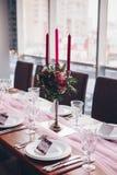 Украшения свадьбы Таблица украшенная с розовой тканью стоковая фотография
