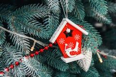 Украшенный крупный план рождественской елки Красные и золотые шарики и загоренная гирлянда с электрофонарями Макрос безделушек Но стоковое фото rf