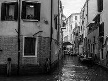 Улица Венеции, Италия, черно-белая стоковая фотография rf