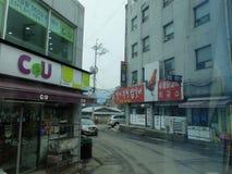 Улица в Корее с CU ночного магазина стоковое изображение