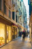 Улица ноги туристов в Венеции стоковые фотографии rf