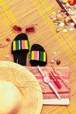 Ультрамодные женственные accessoiries коралла flatlay Лето, пляж, красота или концепция блога моды стоковые фото