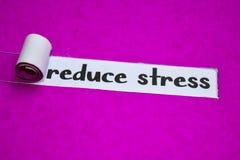 Уменьшите текст стресса, концепцию воодушевленности, мотивации и дела на пурпурной сорванной бумаге стоковое изображение