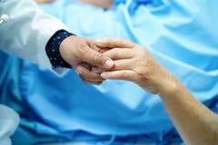 Удержание старшего касающих рук азиатского или пожилого пациента женщины пожилой женщины с любовью, забота, помогая, ободряет и с стоковые фото