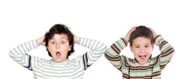 2 удивленных мальчика раскрывая их рти стоковые фотографии rf
