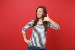 Усмехаясь молодая женщина делая жест телефона как говорит: вызовите меня назад с рукой, пальцами как говорить на телефоне стоковые изображения