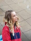 Усмехаясь девочка-подросток в снежинках стоковая фотография rf