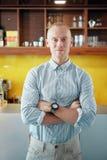 Усмехаясь уверенный менеджер кафе стоковое изображение rf