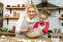 Усмехаться апеллирующ женщина быть счастливый с ее варя дочерью стоковое фото