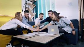 Успешная команда в офисе: много рук держа совместно и после этого дают 5 одинов другого акции видеоматериалы