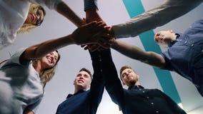 Успешная команда в офисе: много рук держа совместно стоять в круге Принципиальная схема здания команды акции видеоматериалы