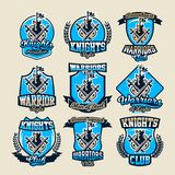 Установите красочных логотипов, древней крепости эмблем с флагом и 2 шпаг перекрестных Рыцари вопроса, воины, замки иллюстрация штока