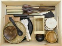 Установите деревянного tableware в деревянной коробке стоковое фото rf